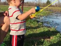 Dzieciak wędką-zabawka łowi rybkę