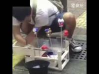Facet bez dłoni robi i sprzedaje figurki