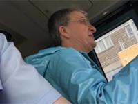 Pełna kultura pasażerki autobusu