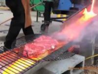 Smażenie steków nad roztopionym żelazem