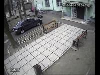 Człowiek ratuje życie swojemu psu