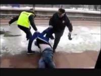 Wyciąganie z pociągu naćpanego idioty