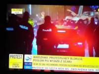 Demonstranci KOD atakują samochody polityków PiS