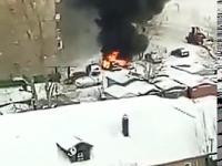Operator ładowarki kontra płonący samochód