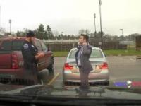Policjant pomaga uczniowi wiązać krawat.