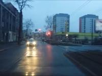 Taksówkarz przejeżdża na czerwonym i spotyka go szybka karma