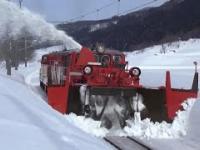 Pociągi usuwają zaspy z torów w Japonii