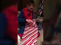 Chłopiec dostaje na święta oficjalny akt potwierdzający adopcję
