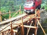 Próba przejazdu ciężarówki przez drewniany most