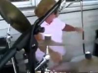 Pokazała im jak się gra na perkusji