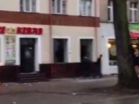 Polacy demolują kebaba - zamieszki 2017