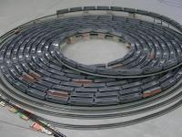 Kolejka w skali H0 pokonuje spiralny tor