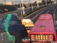 Przeciążona ciężarówka przewraca się na osobówkę i szkolny autobus