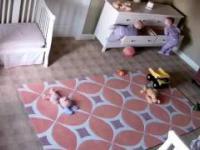 2-latek próbuje ratować swojego przygniecionego braciszka