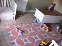 dwulatek ratuje brata przygniecionego przez komode