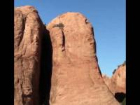 Kyle Mears zjeżdża pionowo z stromej góry