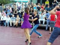 Niewątpliwie zacny widok tańczącej pary na świeżym powietrzu