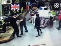 Pijany chinczyk sieje spustoszenie w sklepie zadyma