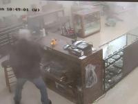 Idiotą napada na sklep z ...bronią