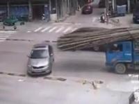 Atak bambusów na samochód