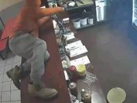 Typ z nożem próbuje ojebać bar z kebabem
