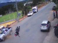 Niezniszczalny superman na motocyklu