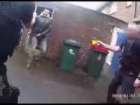 Koleś z młotem kontra 5 policjantów