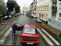 Policjant po cywilnemu zatrzymuje kierowcę i wmawia mu wykroczenie
