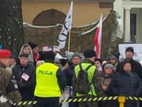 KOD przegoniony przez mieszkańców Żagania! Zwinęli transparenty i uciekli