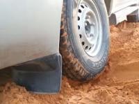 Jak wyciągnąć samochód zakopany w piasku na pustyni