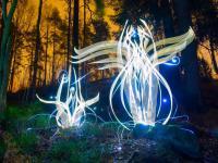 Artysta maluje światłem przepiękne obrazy wykorzystując długi czas naświetlania