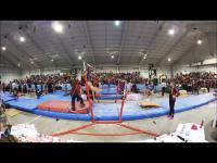 Trener popisowo chroni gimnastyczkę od upadku