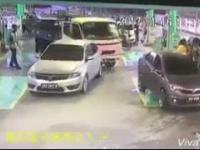 Malezyjska ciężarówka dewastuje dystrybutor