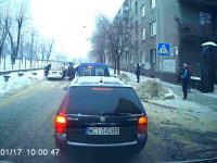 Taksówkarz potrącił policjantów