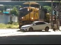 Wjechanie samochodu prosto pod nadciągający pociąg