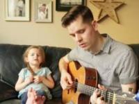 Tatuś i jego 4-letnia córka śpiewają utwór