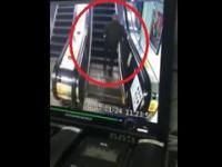 Wypadek starszego mężczyzny na ruchomych schodach