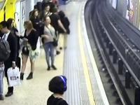 Moment w którym angielski chuligan wpycha Polaka na tory metra