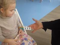 Mała dziewczynka demaskuje sztuczki magika w zabawny sposób