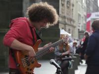 Uliczny występ basisty z Polski w Edynburgu