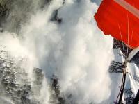 Wywołanie lawiny i skok na spadochronie z urwiska