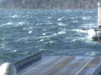 Otwieranie mostu pontonowego Hood Canal podczas silnego wiatru aby go odciążyć
