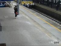 Marynarz uratował mężczyznę, który spadł na tory wprost pod pociąg