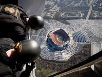 WOW! Navy SEALS' Komando Foki niesamowity  skok z lądowaniem na stadionie