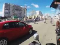 Motocykliści pomagają pieszym na drogach.