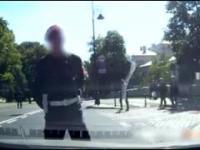 Żandarmeria zatrzymuje samochody, żeby Macierewicz mógł przejść przez ulicę.