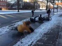 Upadek rowerzystów na oblodzonej nawierzchni
