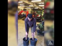 Opalony inżynier założył się o £20, że podniesie się stojąc w wiaderkach
