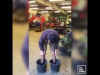 Inżynier próbuje podnieść wiadra stojąc w nich
