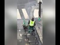 W Paryżu pracowników potrzeba, gdy woda ulice zalewa
